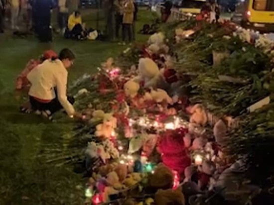 В Казани Люди несут цветы к гимназии, где произошла стрельба