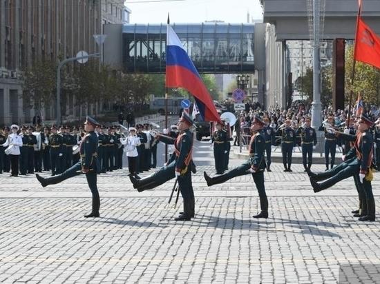 В параде в Екатеринбурге участвовали кавалеристы, поисковики и реконструкторы