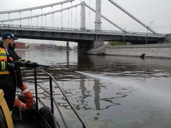 В Москве-реке у парка Горького обнаружили масляное пятно