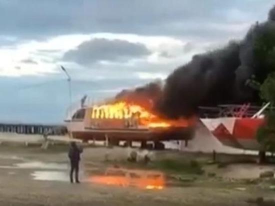В курортном посёлке Кубани сгорело прогулочное судно