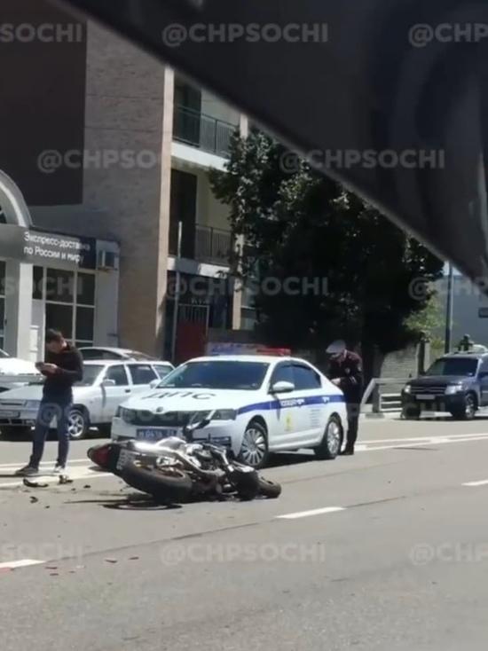 В Адлере столкнулись мотоциклист и таксист
