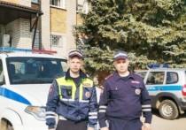 Полицейские помогли застрявшей на дороге в Локнянском районе женщине с ребенком
