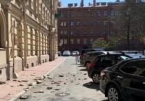 На Смольном проспекте обвалился балкон, пострадали автомобили