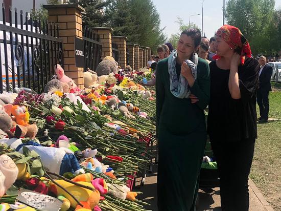 Казань опустела и замерла в оцепенении -- двухдневный траур облачил ее в черный цвет