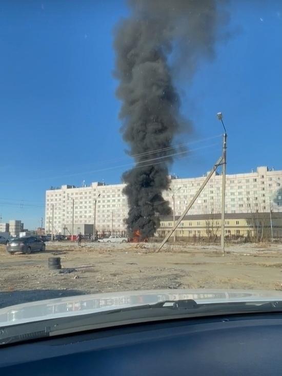 Черный дым: «Волга» сгорела в Советском микрорайоне Нового Уренгоя