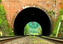 Сегодня, 13 мая, власти Томска приняли решение экстренно открыть тоннель под железной дорогой, чтобы направить поток машин с улицы Мокрушина и Коларовского тракта, где образовались пробки, на Богашевский тракт