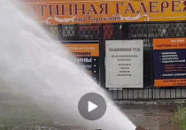 В Омске на Тарской забил фонтан из-за тепловых сетей