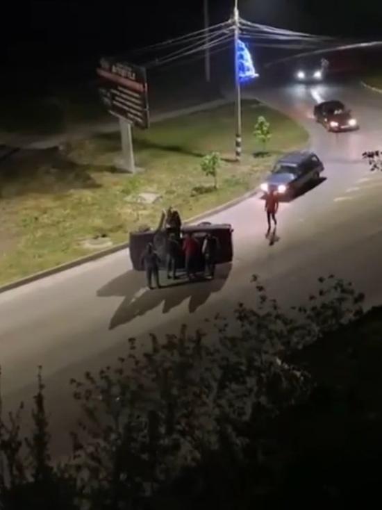 В Анапе неравнодушные прохожие перевернули опрокинувшийся автомобиль