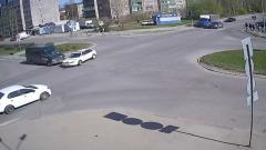 Микроавтобус в Петрозаводске вылетел на красный и снёс легковушку