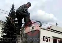 Неадекватный новокузнечанин напал на пассажиров троллейбуса с ножницами