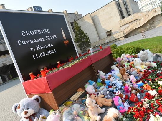 Татарстанцы в память о погибших в трагедии в казанской школе приходят к стихийным мемориалам.