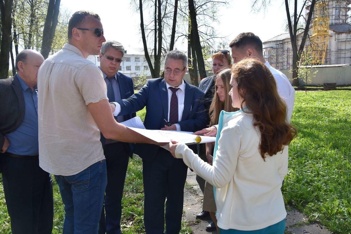 Алексей Смирнов проверил, как идет благоустройство парков и скверов Костромы