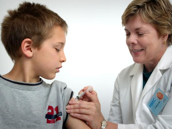 Управление по контролю за качеством пищевых продуктов и медикаментов (FDA) выдало 10 мая разрешение на экстренное применение (EUA) вакцины от COVID-19 компании Pfizer для подростков в возрасте от 12 до 15 лет
