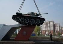 Легендарный танк Т-34 вернулся на постамент возле Президентского кадетского училища