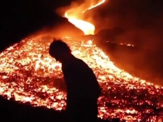 Туристы скопились у вулкана Пакая в Гватемале, чтобы посмотреть на потоки лавы