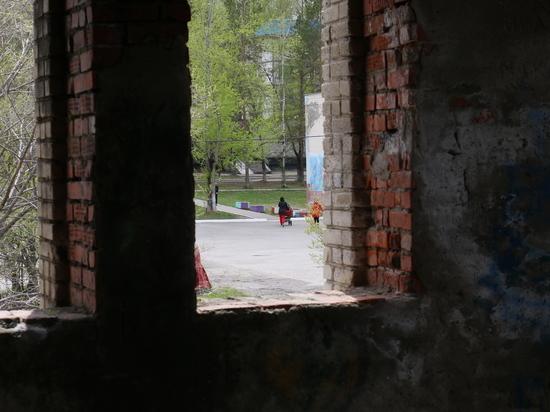 Недостроенный бассейн как магнитом притягивает к себе подростков, рискующих жизнью в полуразрушенном здании