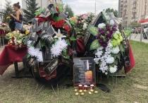Три дня жители Казани несли цветы к 175-й гимназии, где погибли девять человек