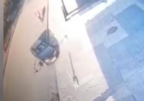 В сети появилось видео наезда на пешехода в Челябинске, который лежал на дороге