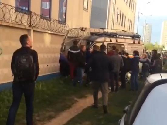 Машина МЧС сбила людей и протаранила забор в Подмосковье