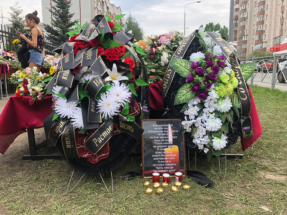 Стихийный мемориал у казанской школы стал местом паломничества: кадры скорби
