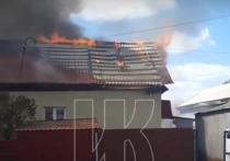 В Кемерове рядом с городским парком загорелись дом и баня