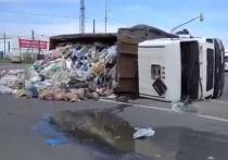 Груженый мусоровоз перевернулся на калужской трассе
