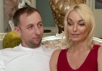 Бывшая прима Большого театра Анастасия Волочкова долгое время намекала на бурный роман с неким мужчиной по имени Олег
