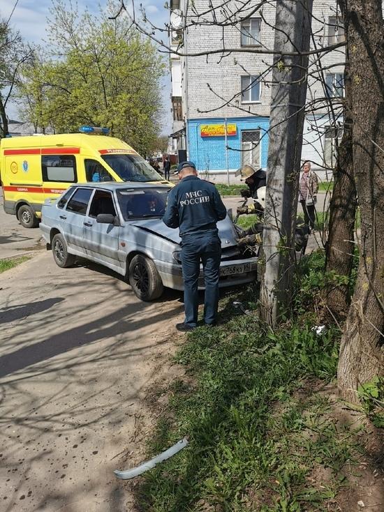 В Твери пьяный водитель въехал в столб, бросил машину и сбежал