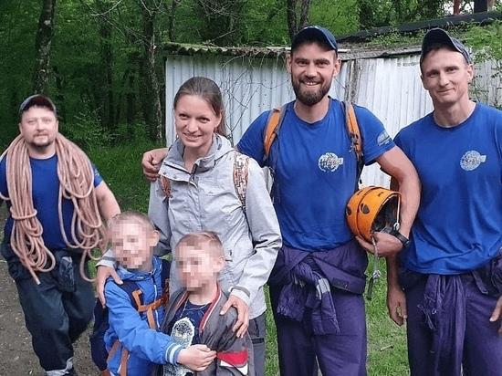 В Геленджике спасатели сняли со скалы женщину с двумя детьми