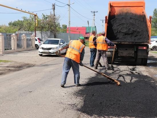 На дорогах Уварова продолжают устранят ямы