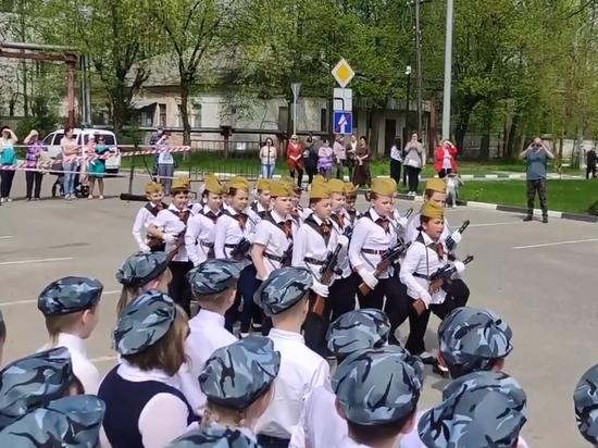 """""""Мы русские, с нами бог!"""": подмосковные третьеклассники промаршировали с автоматами"""