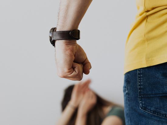 Мужчина бил жену и обоих детей, в полицию на него заявили педагоги из школы
