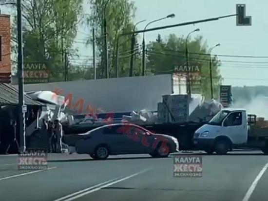 В Калужской области две фуры протаранили пост ДПС