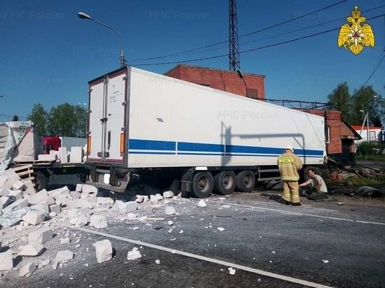 Травмированы оба водителя фур, врезавшихся в пост ДПС под Калугой