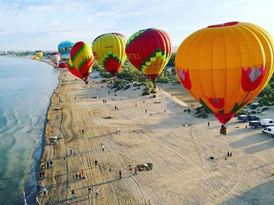 В небо Анапы запустили десятки воздушных шаров
