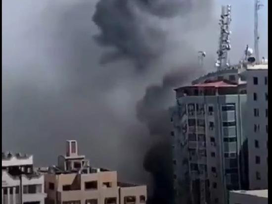 Появилось видео попадания ракет в здание с офисами СМИ в Газе