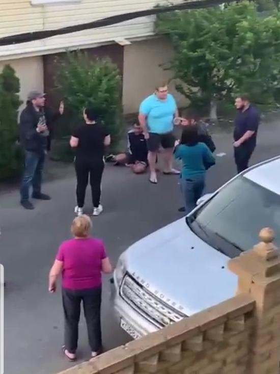 Сезон охоты: в Сочи автомобилисты устроили драку за парковочное место