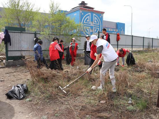 Со старого кладбища Кызыла вывезено более 50 мешков мусора