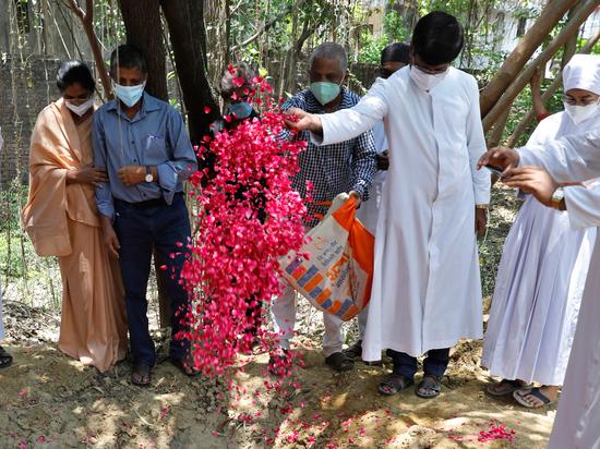 Индия подтвердила, что тела, найденные в реке Ганге, являются жертвами коронавируса