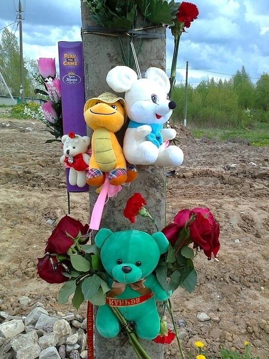 В Торжке люди несут цветы к месту гибели 4-летней девочки