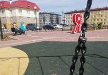 В Губкинском оперативно отремонтировали качели после жалобы в соцсети