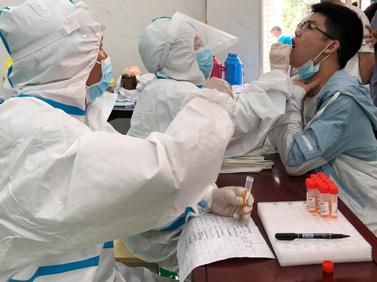 Люди устали бояться, измучились болеть, умирать, хоронить, прятаться, ходить в масках, читать про коронавирус, смотреть про коронавирус, считать волны и давать им названия — первая, вторая