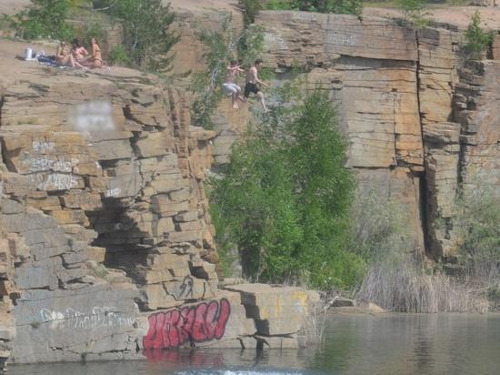 Опасный отдых: на Изумрудном карьере в Челябинске подростки прыгают со скал в воду