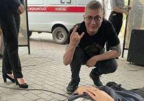 Уличного музыканта в Новокузнецке придавило колонкой