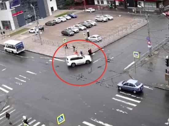 Белый внедорожник едва не сбил пешеходов в Петрозаводске