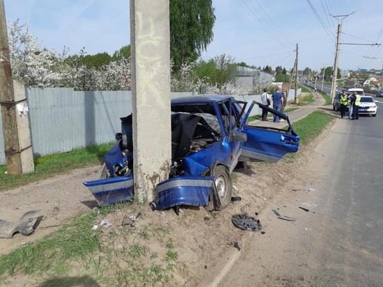 В Чебоксарах уснувший водитель легковушки врезался в столб
