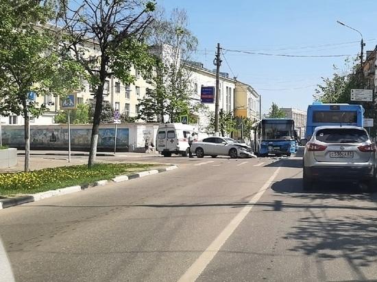 В Твери серьезное ДТП – легковушка не пропустила автобус