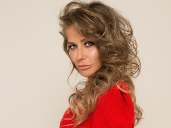 Телеведущая Юлия Барановская выложила в Instagram фото обложки модного журнала VMODE