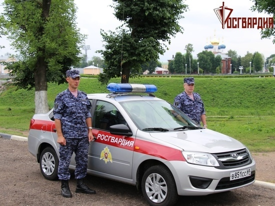 Росгвардейцы вместе с продавщицей искали преступников на улицах города в Тверской области