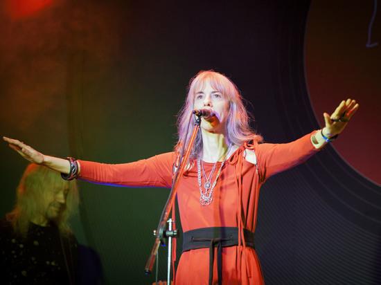 «Я - эльф из рода Тэлери», - улыбается певица, поэтесса и автор песен Рада Анчевская, солистка группы-легенды «Рада и Терновник», за 30 лет создавшей свою музыкальную вселенную